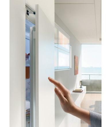 Elektrisches Öffnen von grifflosen, integrierten Kühlgeräten SERVO-DRIVE flex Blum